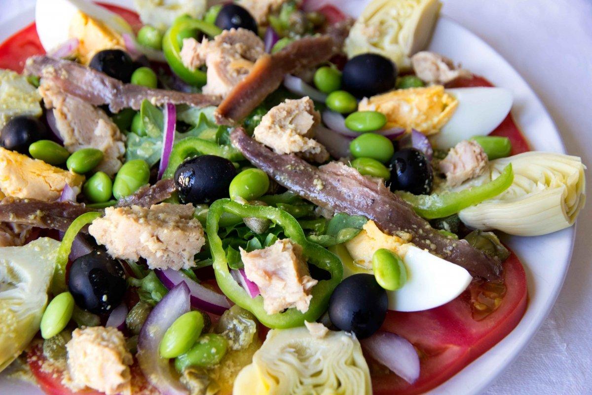 Presentación principal de la ensalada nicoise