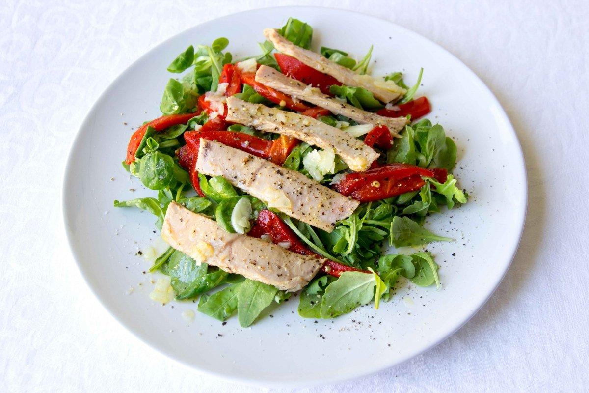 Presentación principal de la ensalada verde con pimientos de piquillo y ventresca