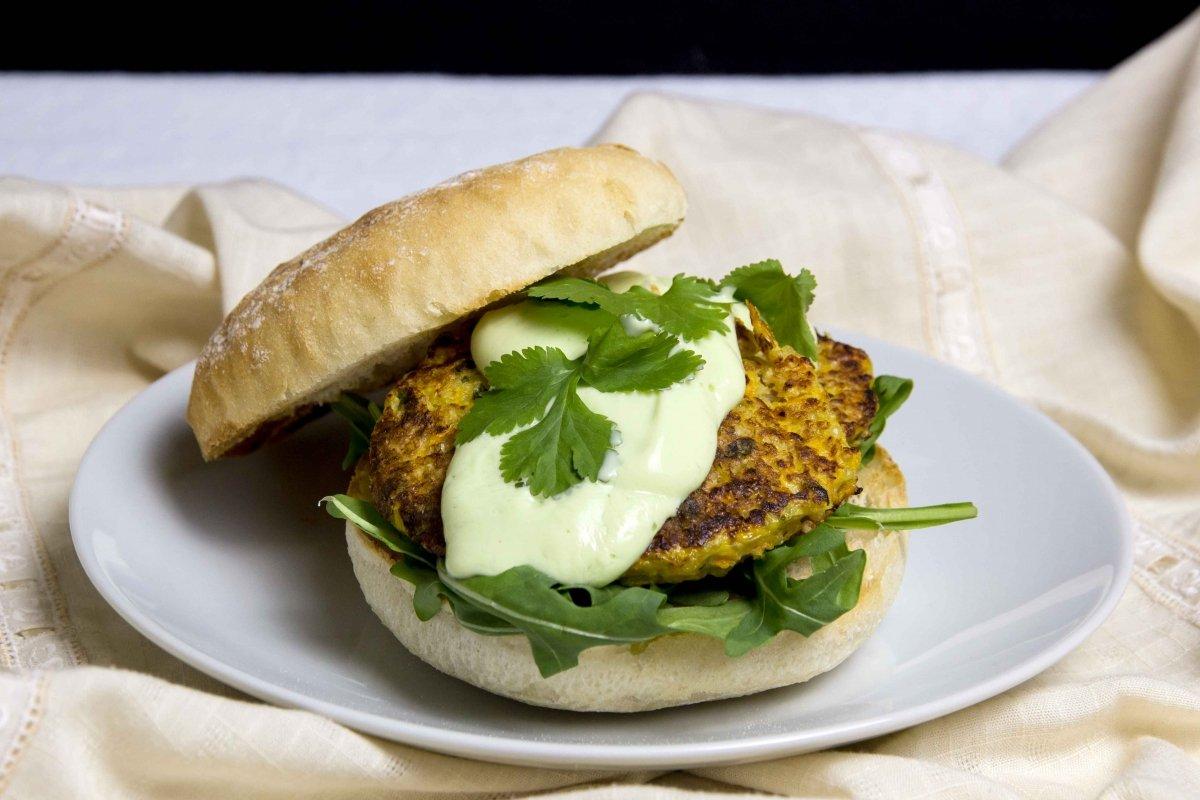 Presentación principal de la hamburguesa de quinoa y verduras