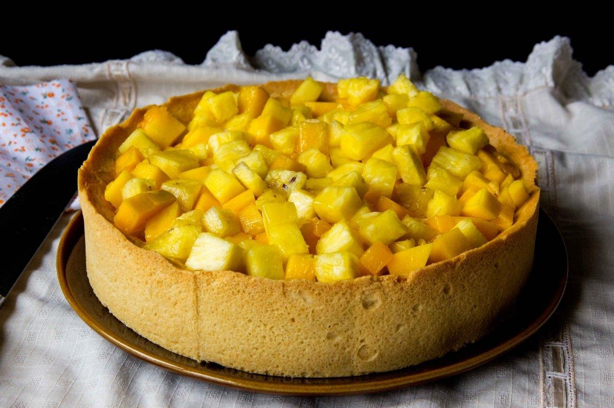 Presentación principal de la tarta de mango y piña