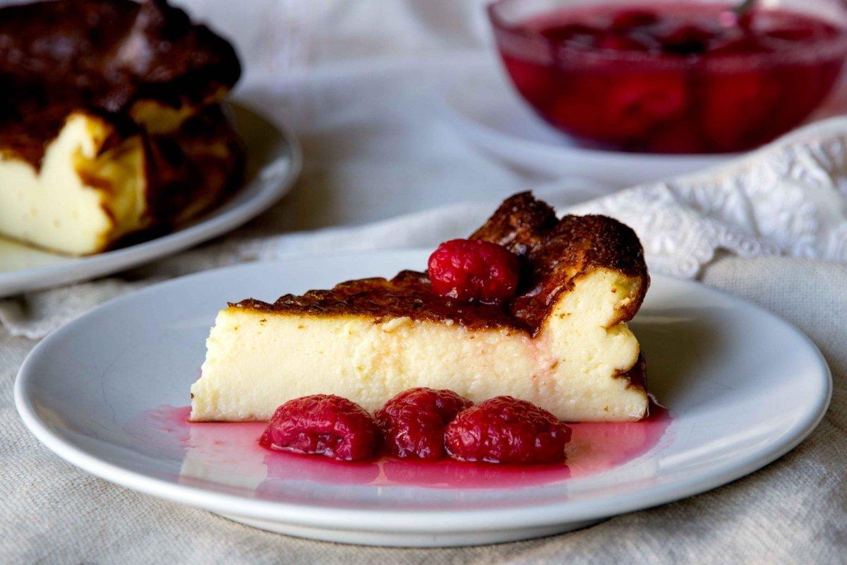 Presentación principal de la tarta de queso con frambuesas