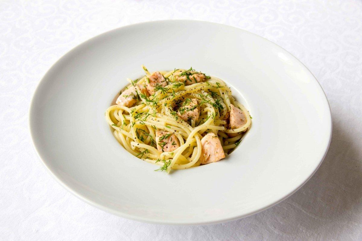Presentación principal de los espaguetis con salmón