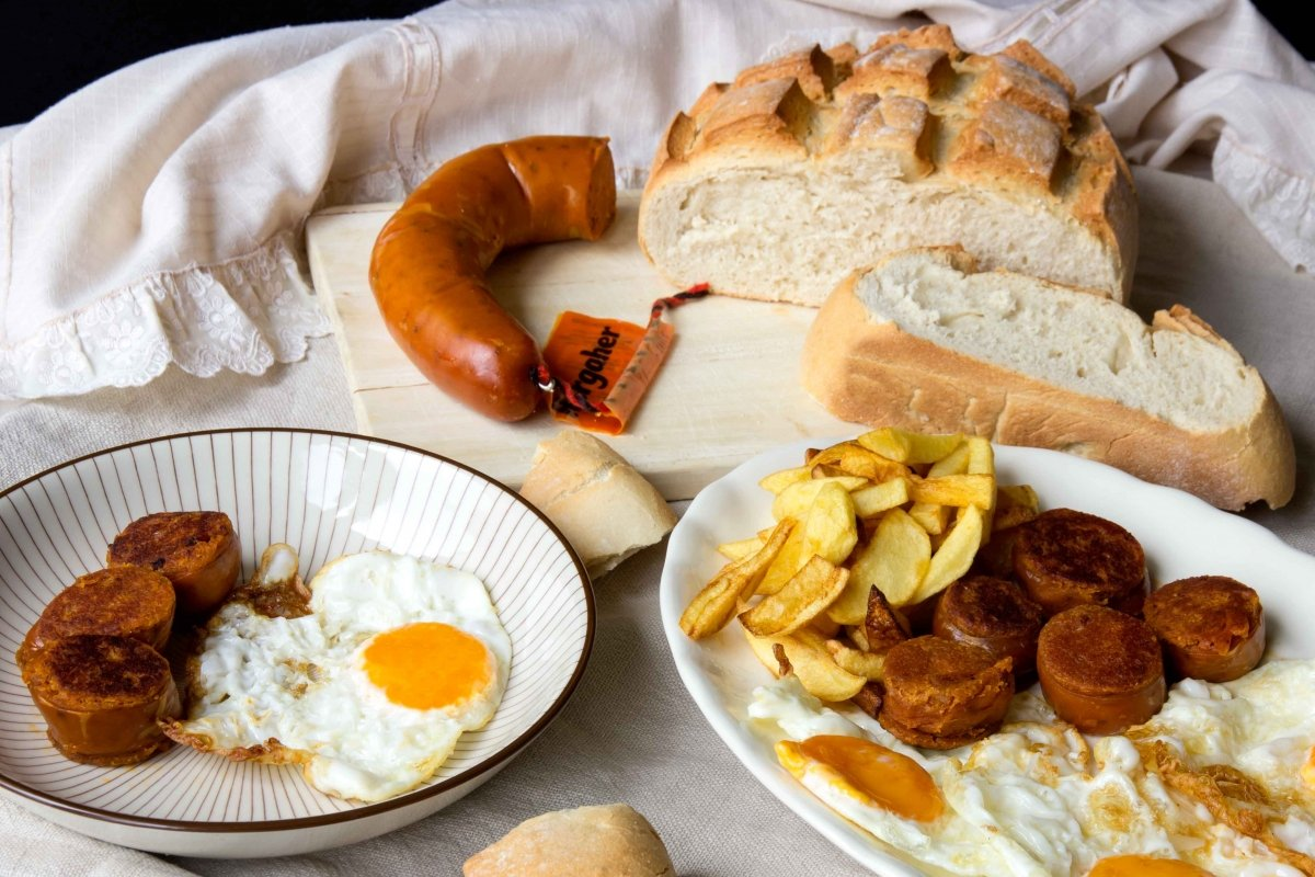 Presentación principal de los huevos fritos con farinato