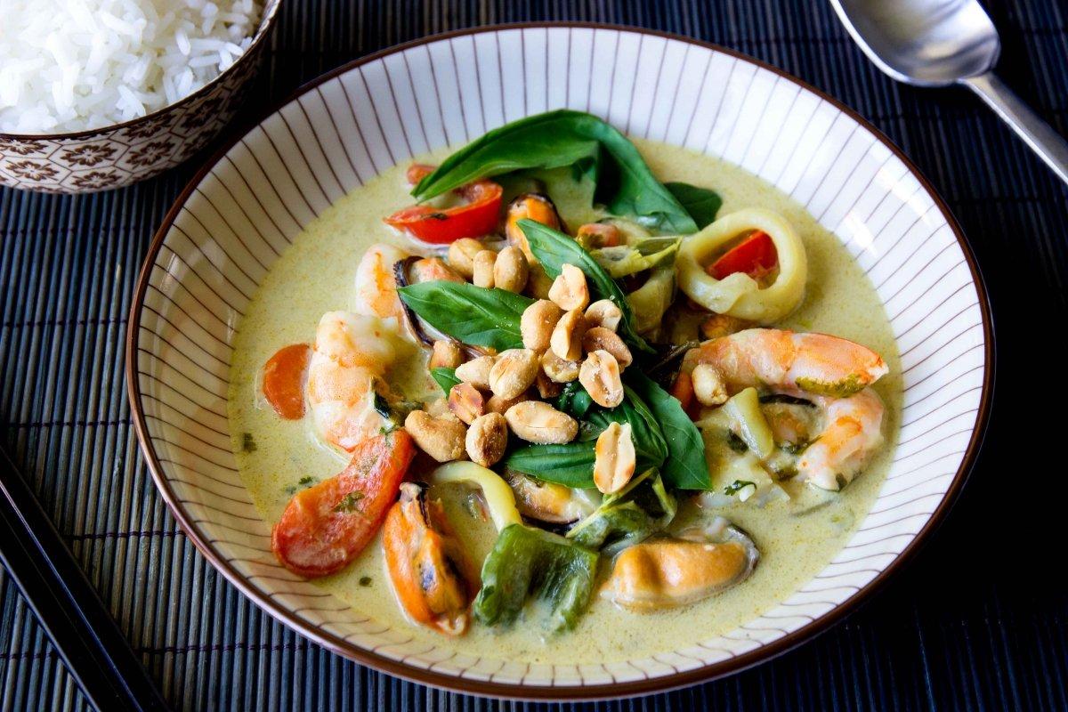 Presentación principal del curry verde de verduras y frutos del mar
