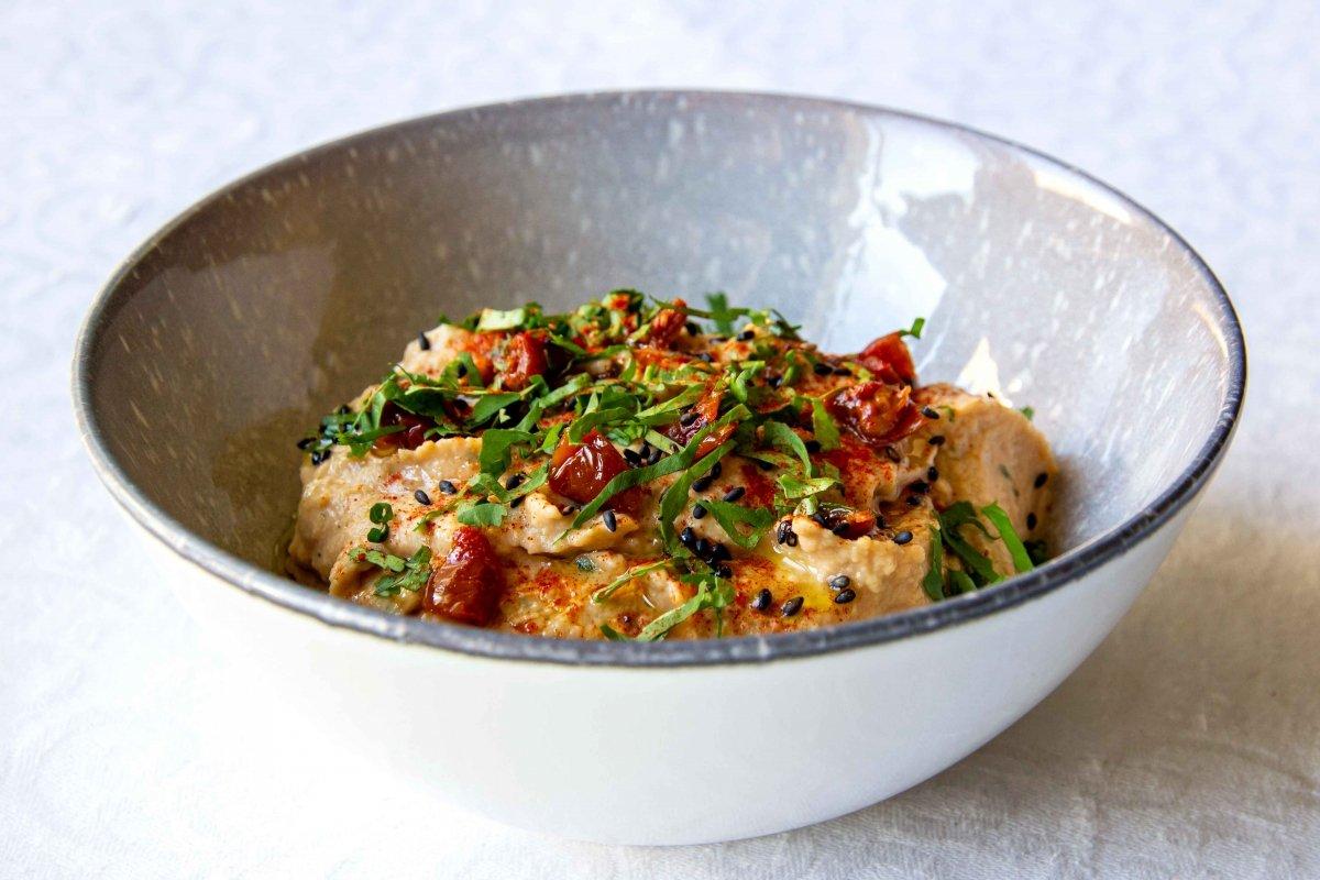 Presentación principal del hummus de tomate seco