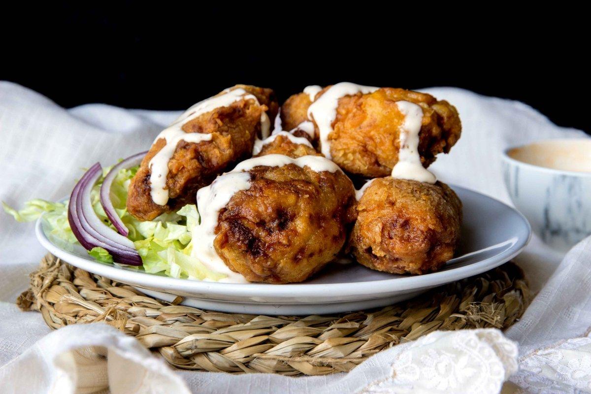 Presentación principal del pollo frito estilo cajún