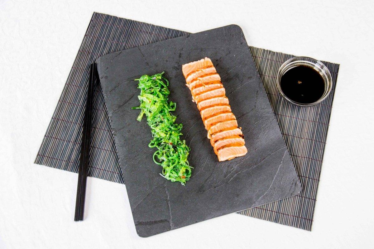 Presentación principal del tataki de salmón