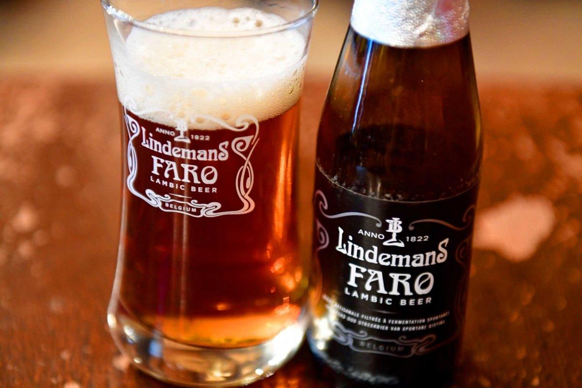 Primer plano de una botella y copa de Lindemans Faro