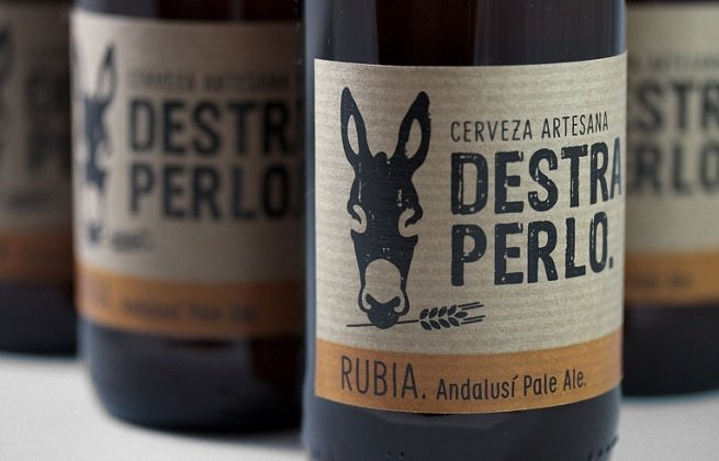 Primer plano de varias botellas de Destraperlo Rubia