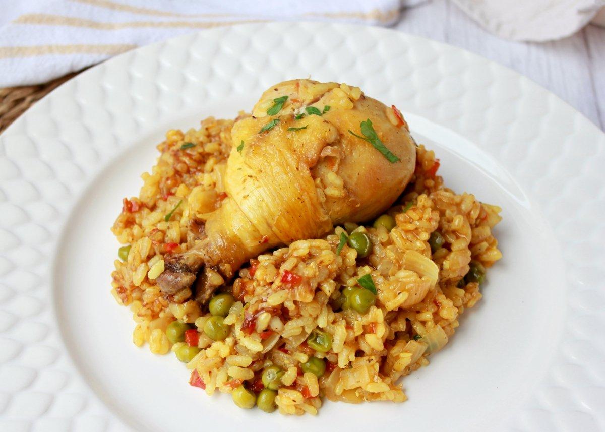 Primer plano del emplatado final del arroz con pollo