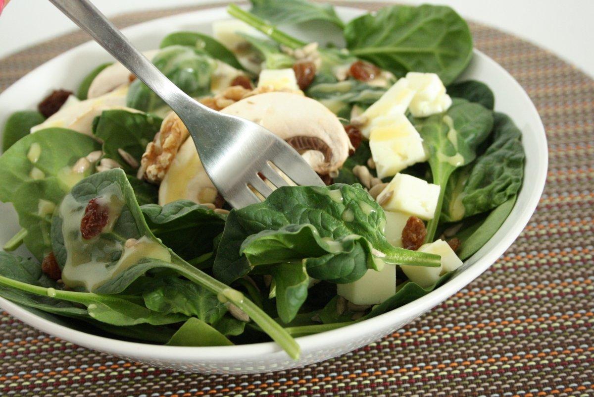 Probando la ensalada de espinacas