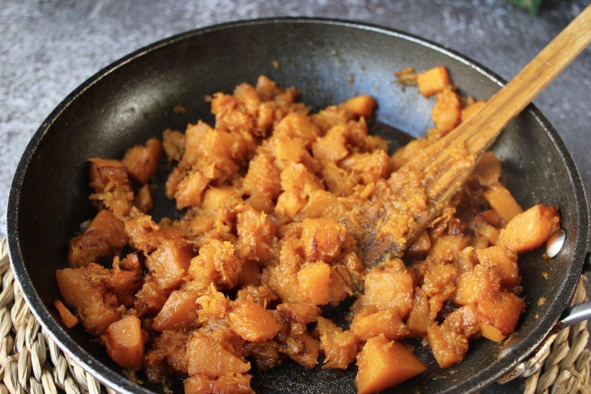 Proceso de chafado de la calabaza frita