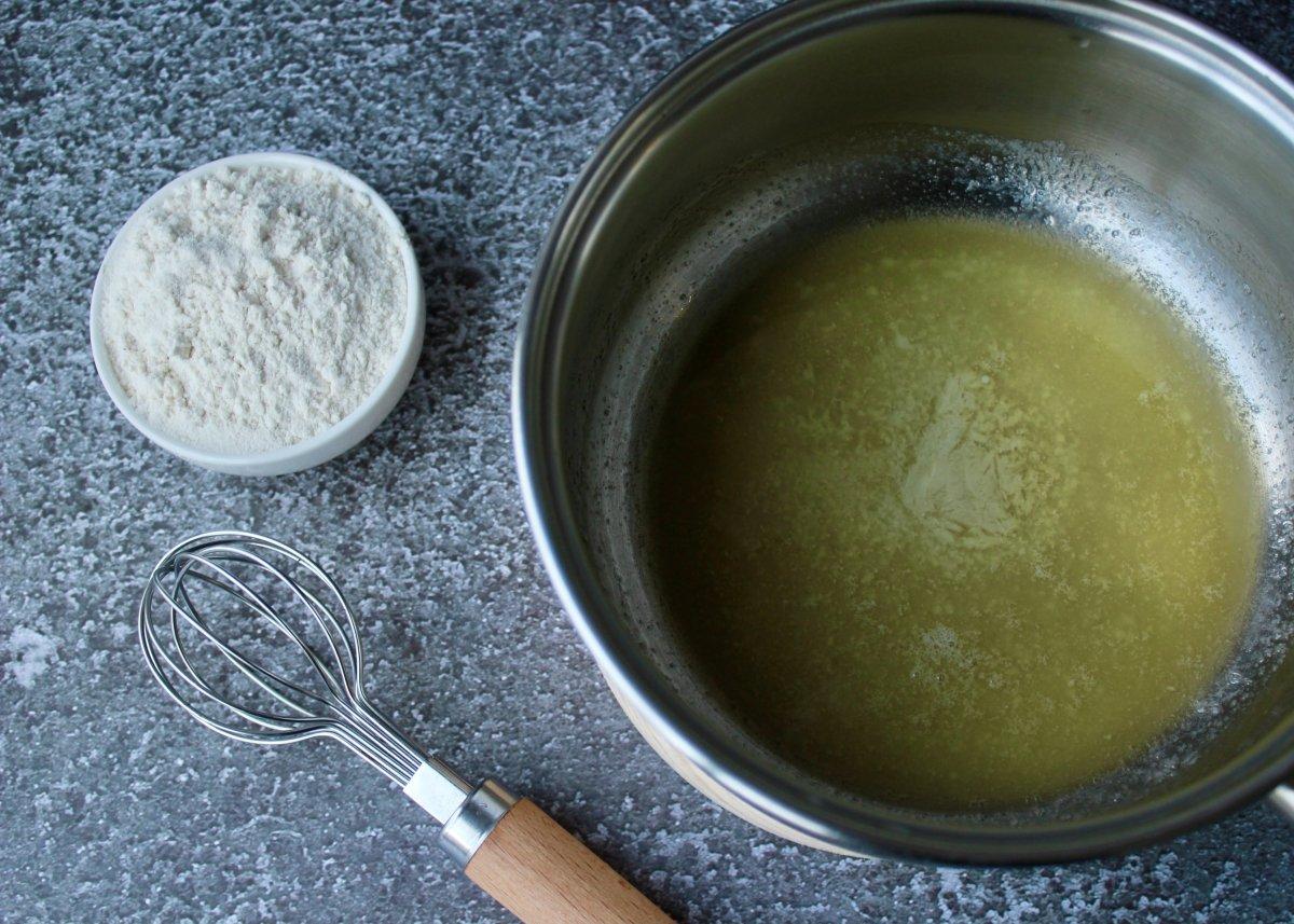 Proceso de elaborción de la bechamel donde la mantequilla está derretida