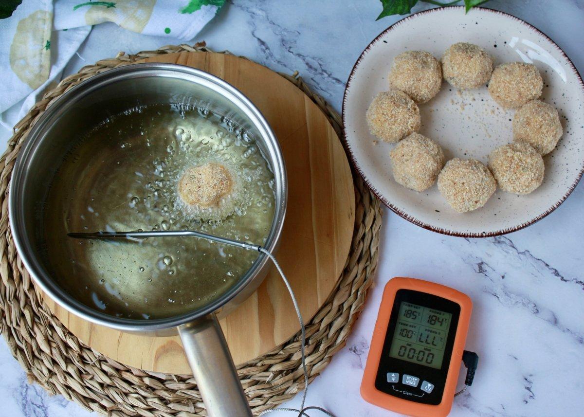 Proceso de fritura de las croquetas de garbanzos controlando que la temperatura se mantenga estable