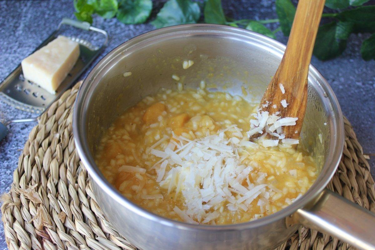 Proceso de mantecado del arroz con calabaza
