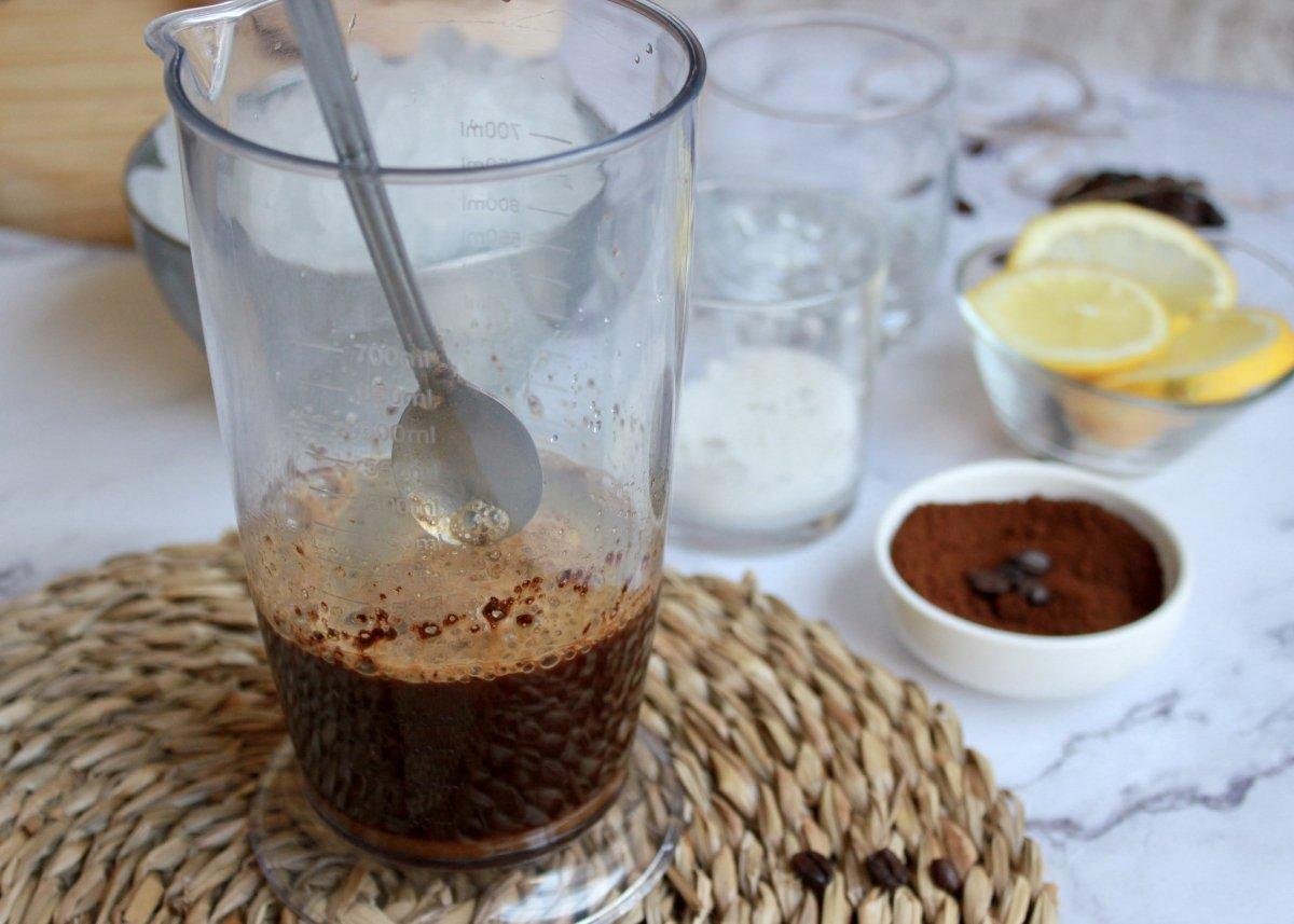 Proceso de mezclado y disolución del café soluble con el agua y el azúcar