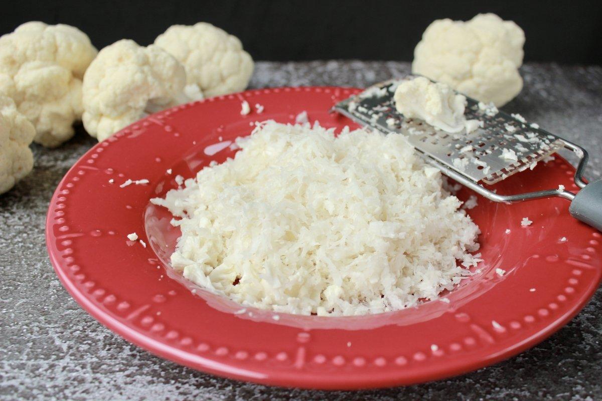 Proceso de rallado de la coliflor para obtener el cuscús