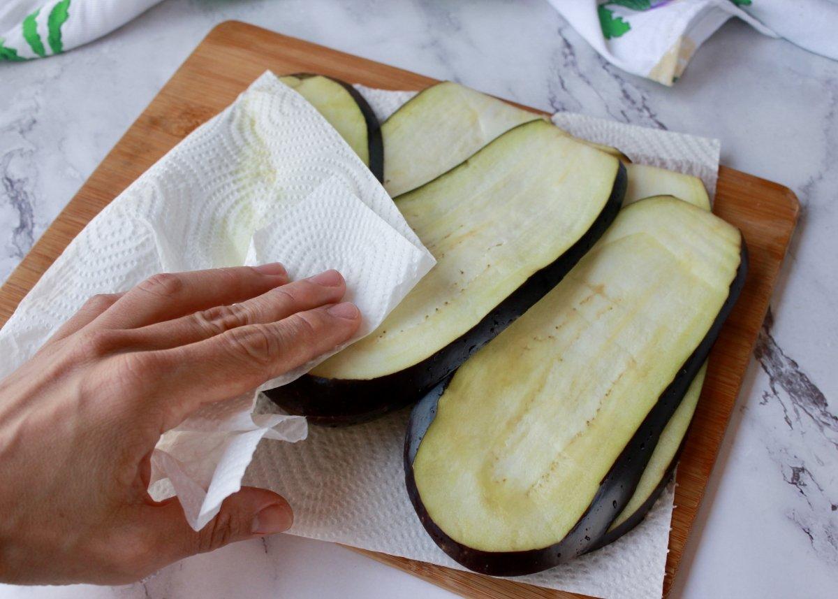 Proceso de secado de las berenjenas con papel absorbente