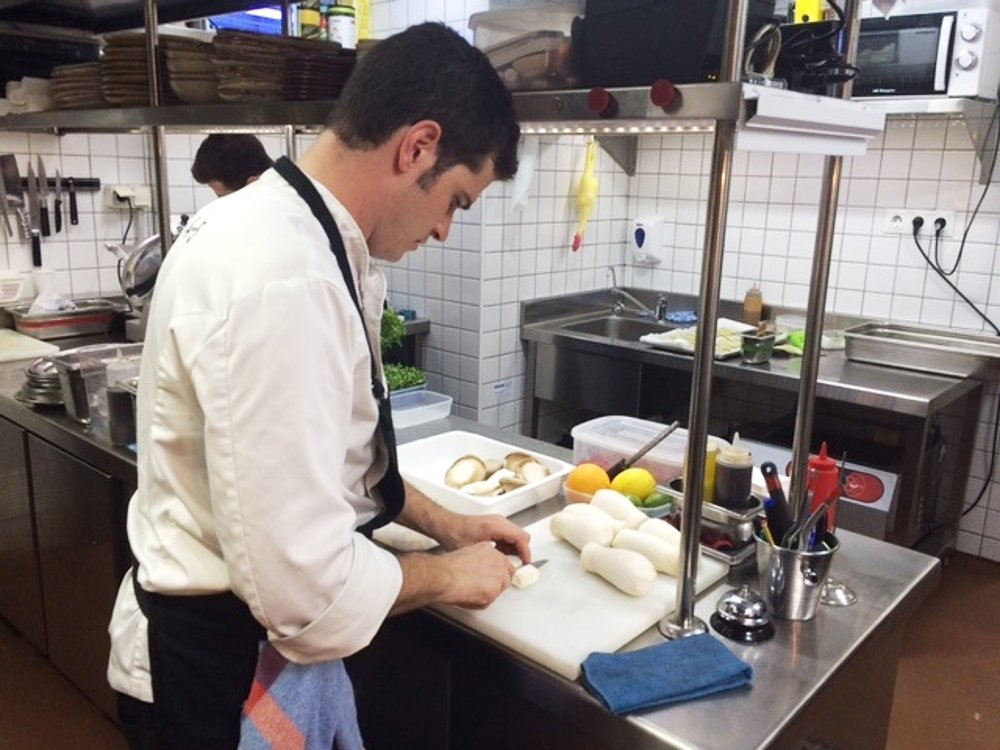 Quim Coll en la cocina del restaurante 4 amb 5 mujares