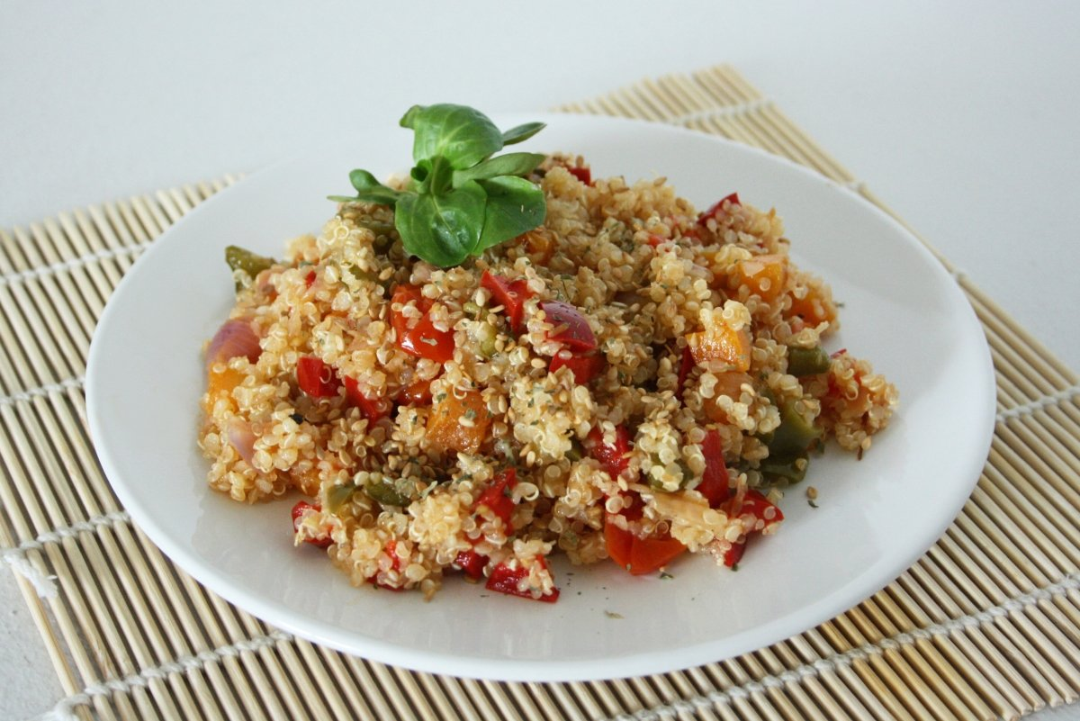 Quinoa con verduras emplatada