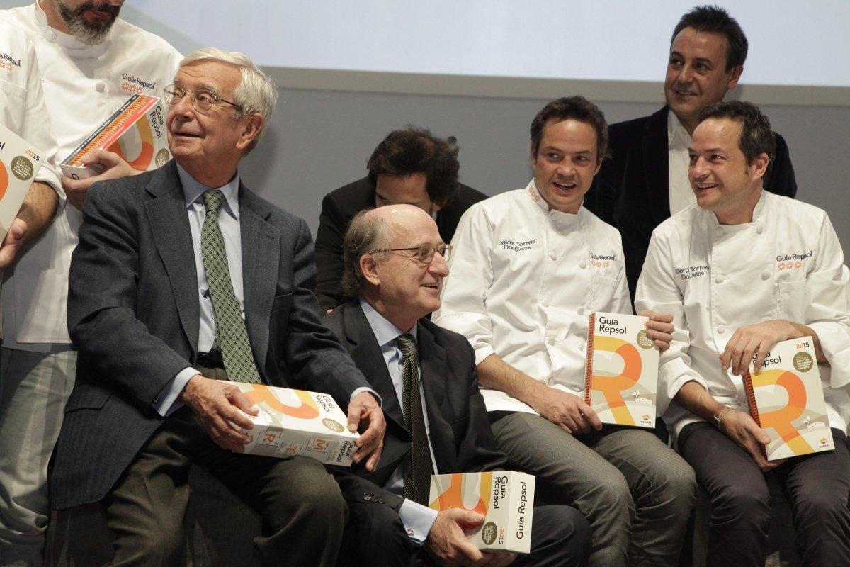 Rafael Ansón en un acto de la Guía Repsol 2015 con cocineros y otros personajes