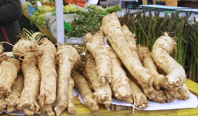 Raíces de raifort en un mercado