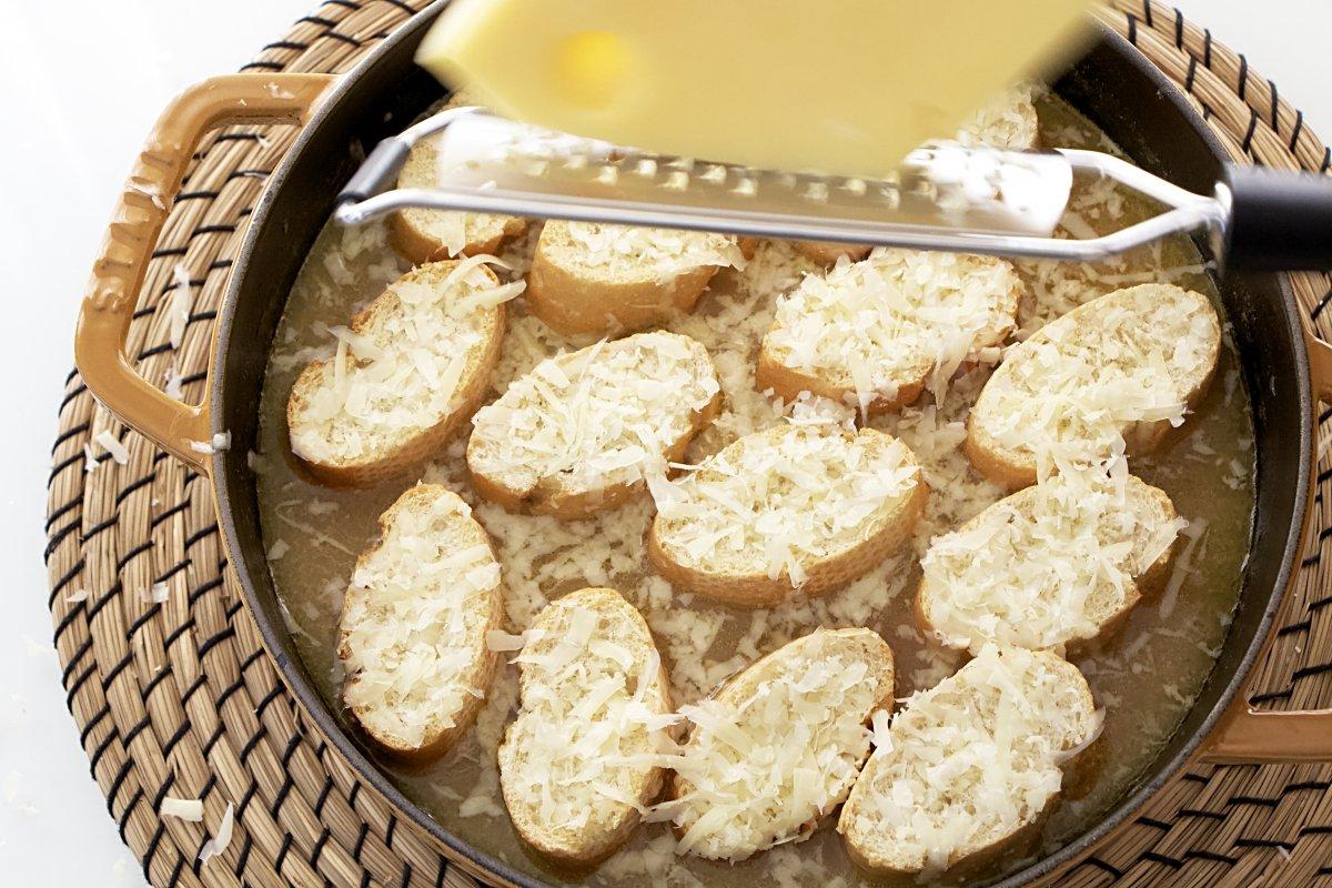 Rallar el queso sobre el pan