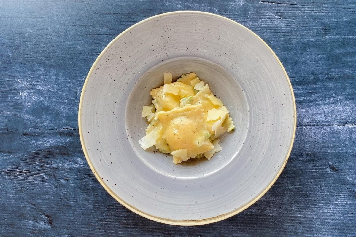 Raviolis rellenos de espinacas y requesón con queso parmesano, aceite picante y pimienta