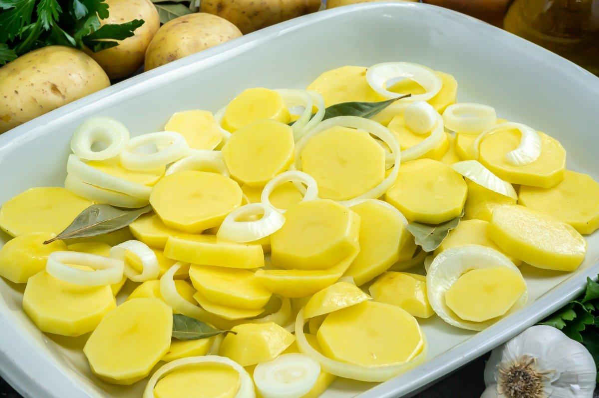 Rebanar las patatas y la cebolla