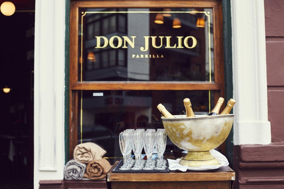 Recibimiento con champagne en el restaurante Don Julio