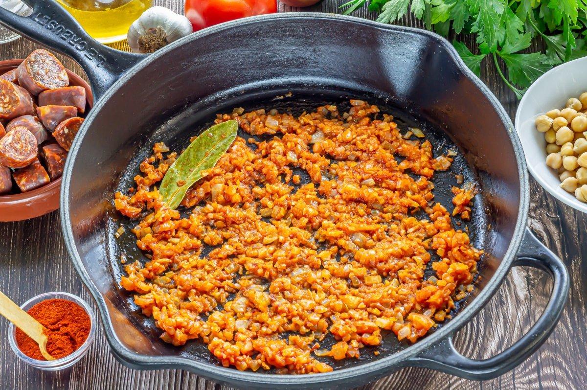 Reducir el tomate del sofrito de los garbanzos con chorizo