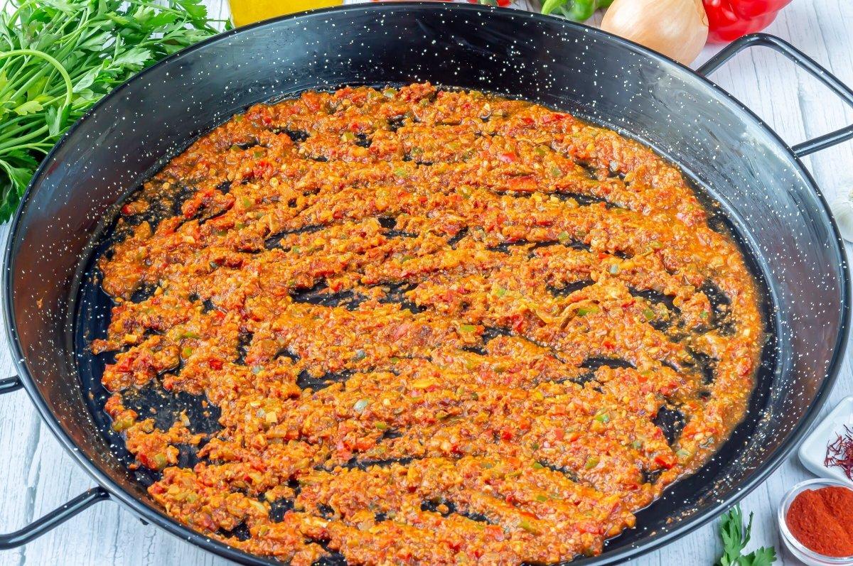 Reducir el tomate para el sofrito del arroz con bogavante