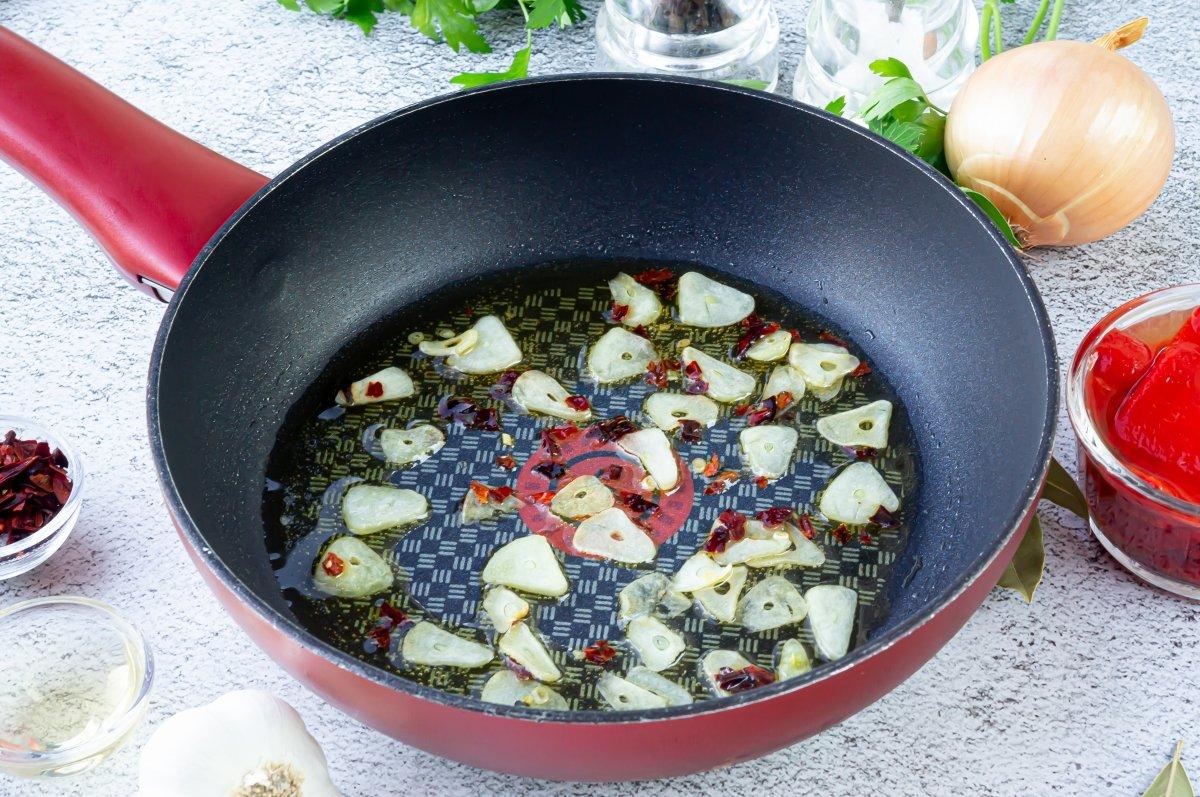 Refrito de ajos para el bacalao al horno