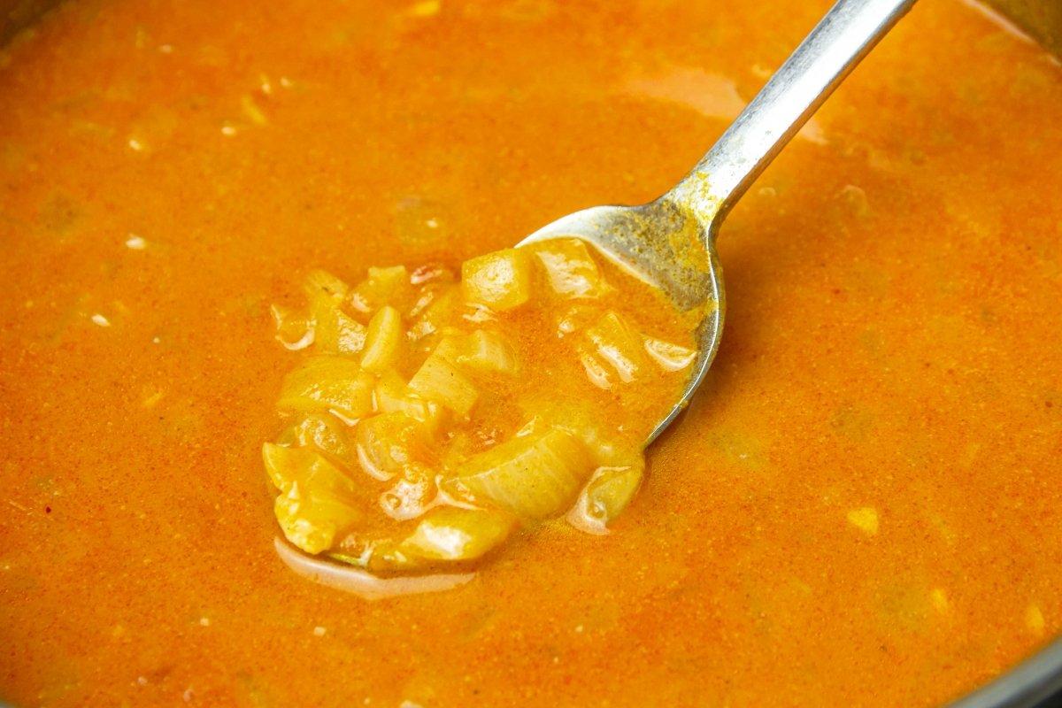 Regar cazuela con caldo para hacer la salsa brava
