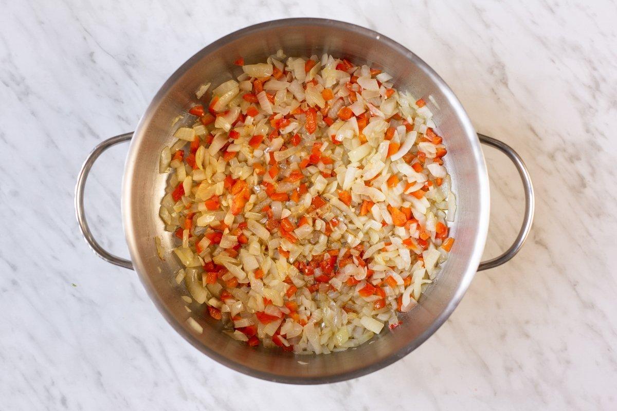 Rehogar la cebolla, el pimiento y el ajo