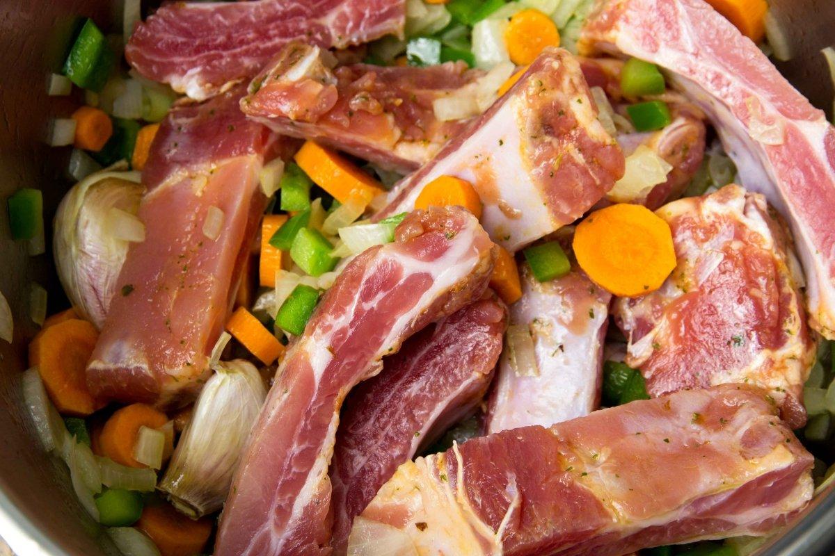 Rehogar las costillas con las verduras para hacer las lentejas con costillas