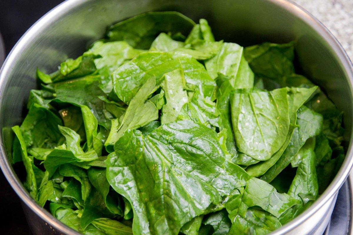 Rehogar las hojas de las espinacas cortadas