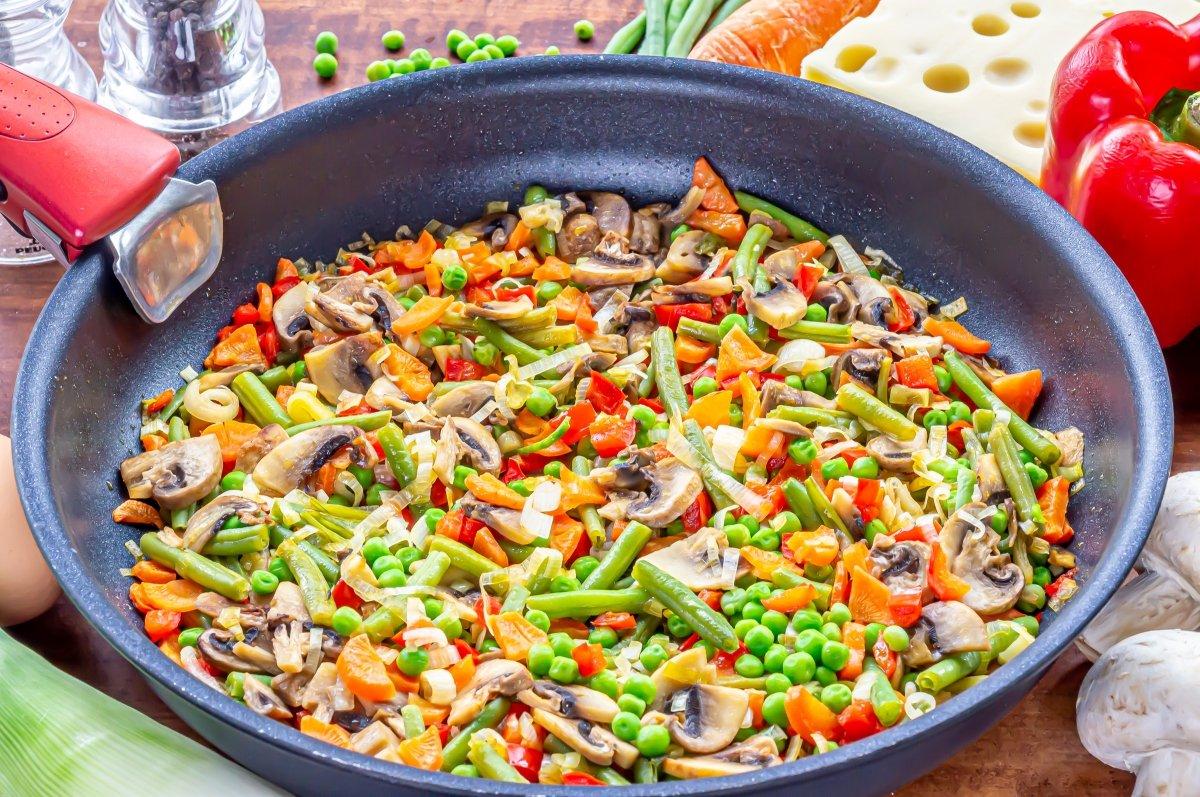Rehogar las verduras de la quiche de verduras y queso