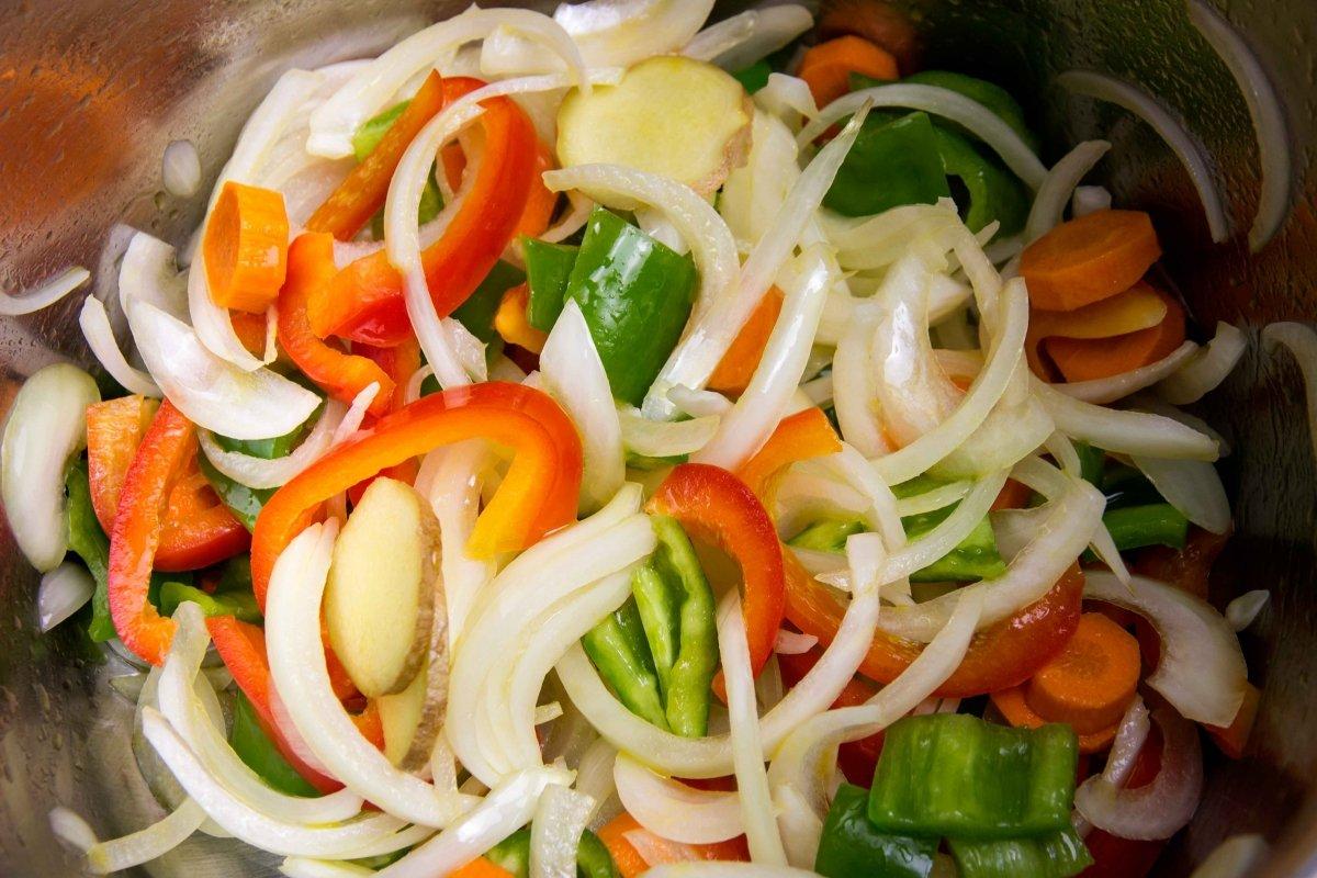 Rehogar las verduras para el curry verde