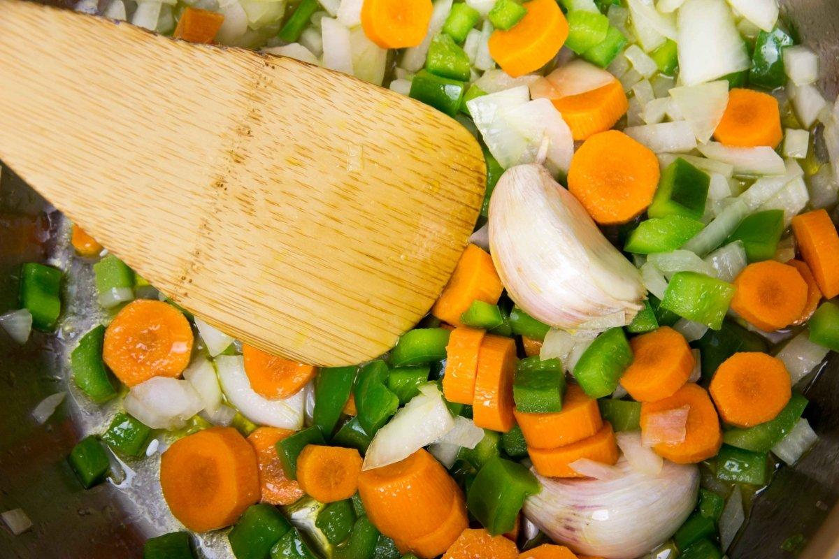 Rehogar las verduras para las lentejas con costillas en la olla