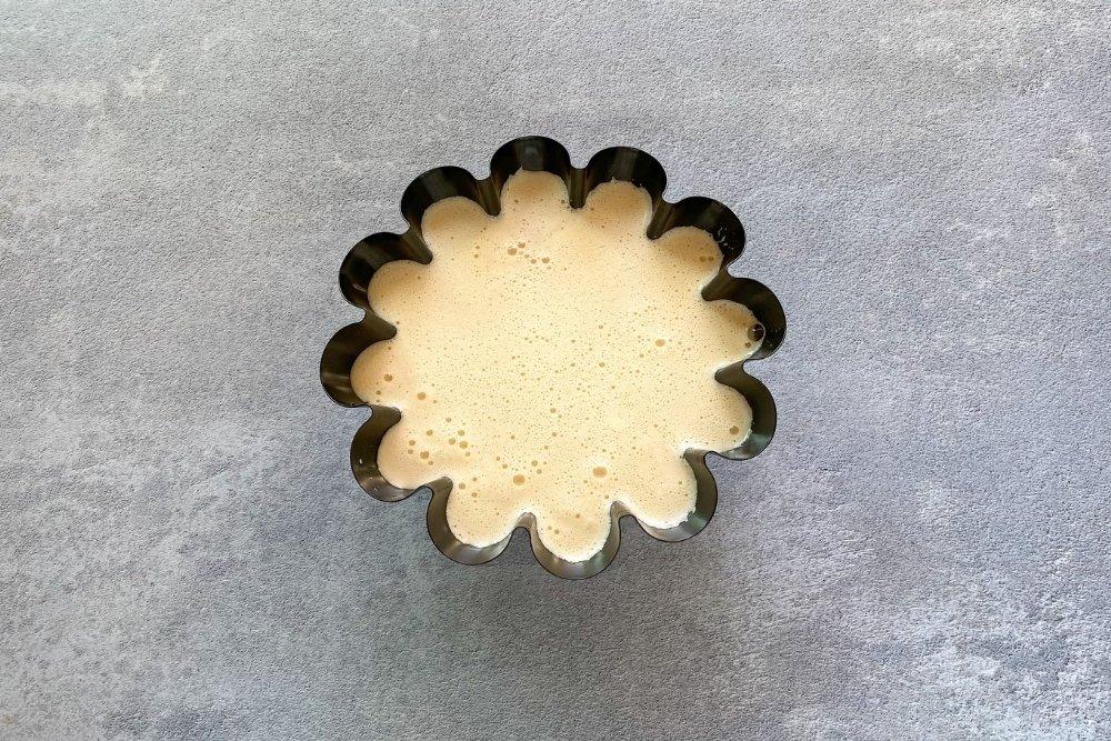 Rellenar el molde con la masa para elaborar flan de turrón