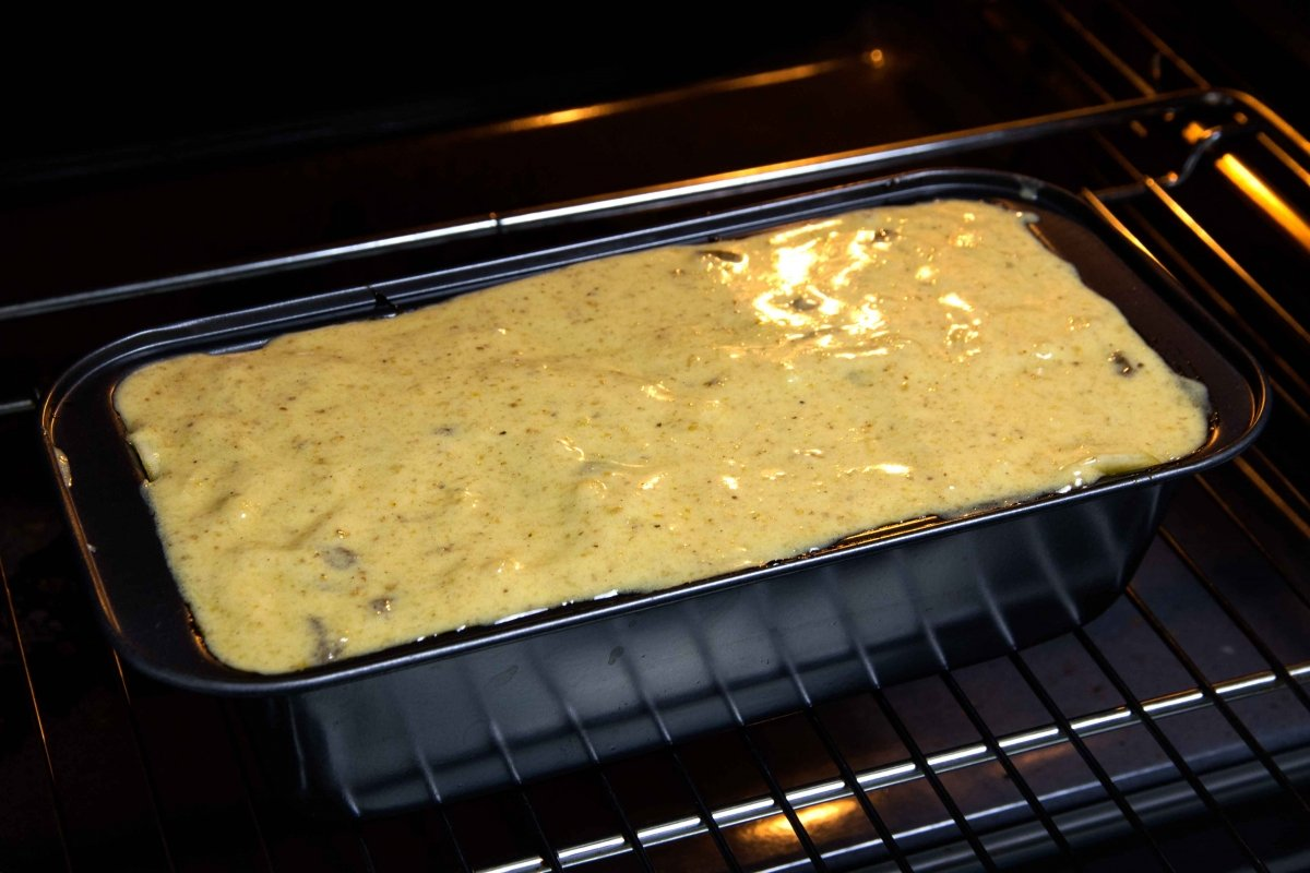 Rellenar el molde y hornear el bizcocho de manzana