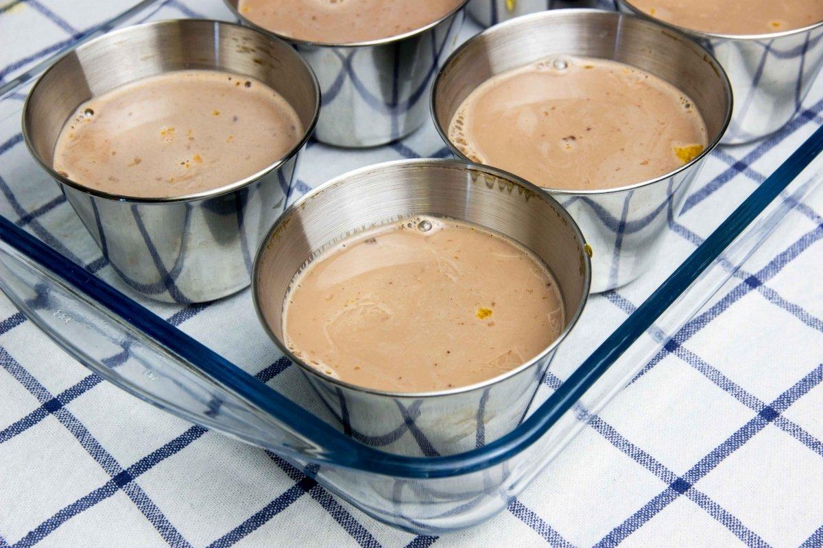 Rellenar flaneras para el flan de chocolate