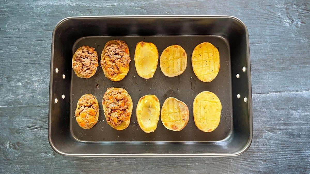 Rellenar las patatas con el sofrito de carne
