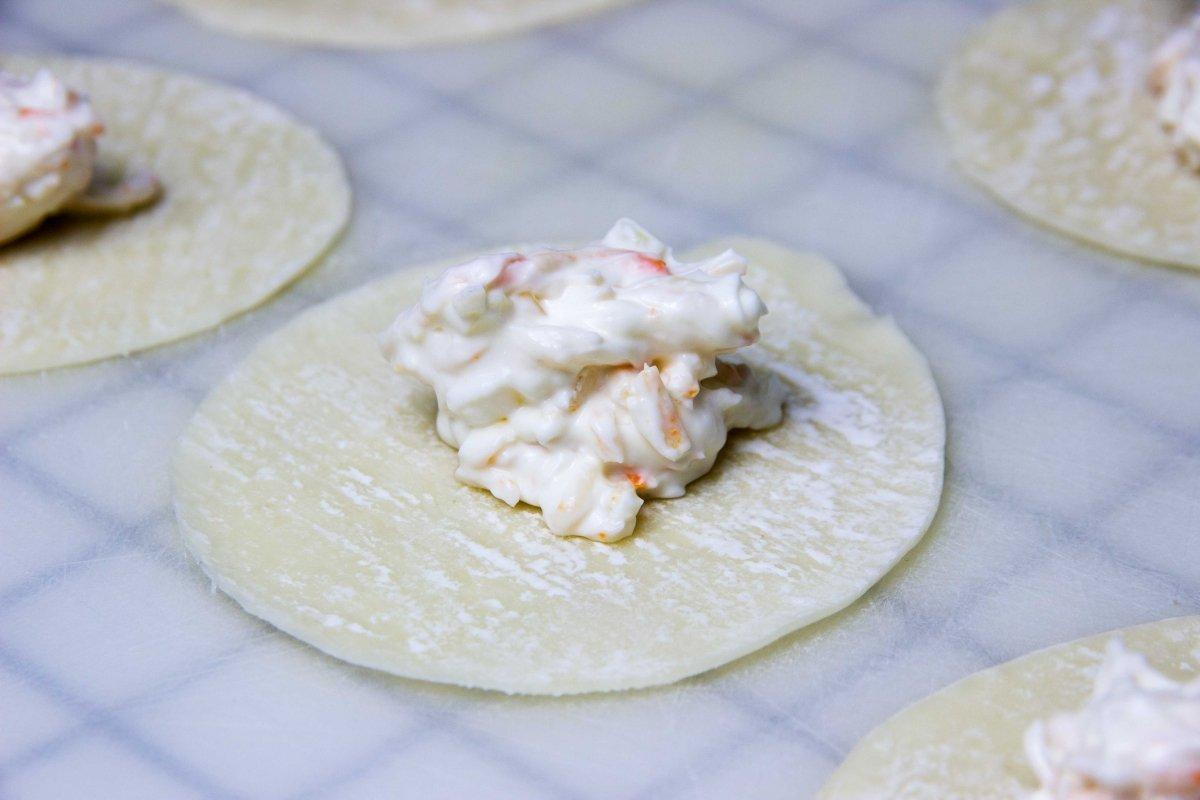 Rellenar masa wonton frito de surimi y queso crema