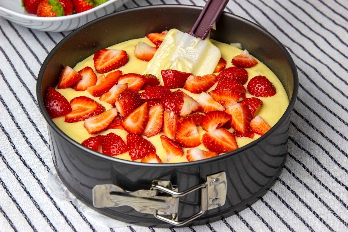 Rellenar molde para hacer el bizcocho de fresas