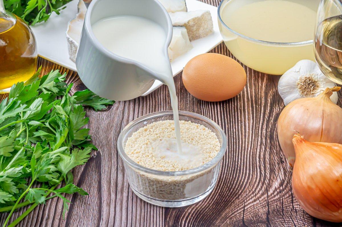 Remojar el pan rallado en leche
