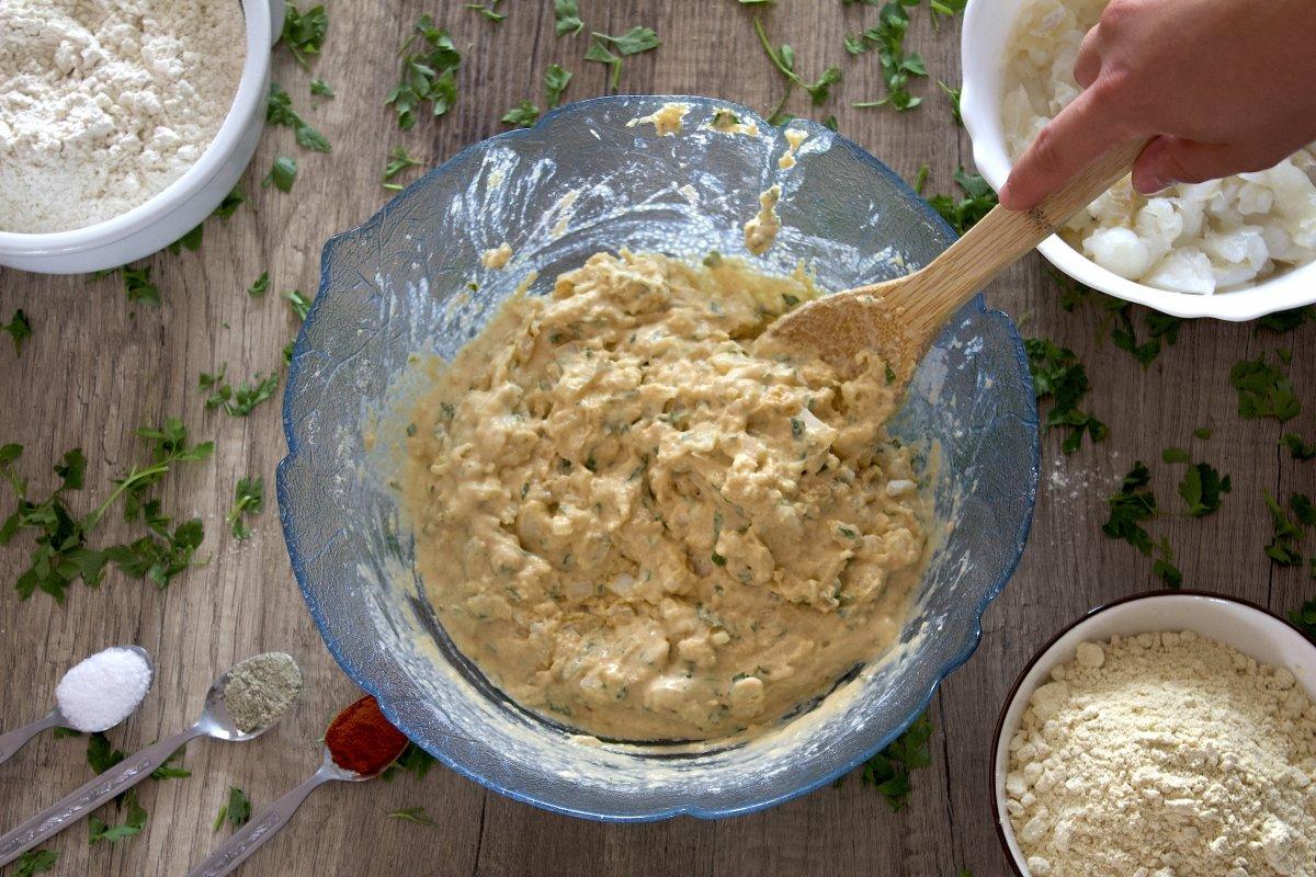 Removiendo la masa de las tortillitas de bacalao