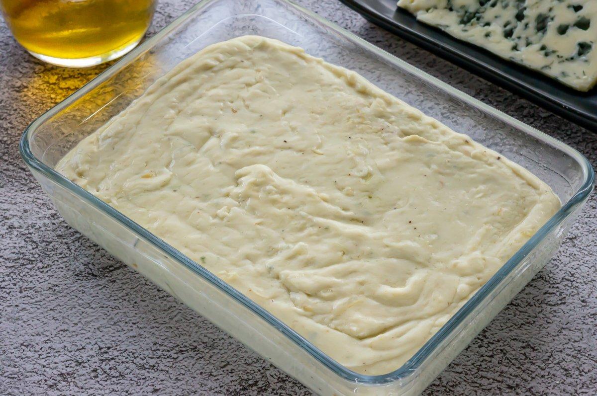 Reposar la masa de croquetas de queso azul