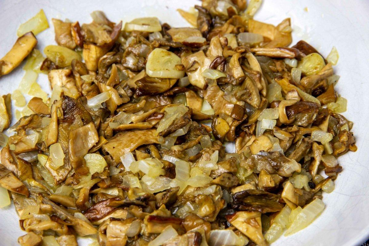 Reservar pochado de boletus para añadir después al risotto